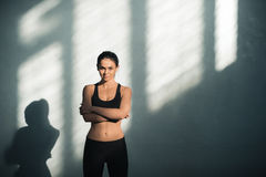 Sportig kvinna i sportive kläder med skuggor Royaltyfria Foton