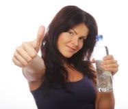 Sportig kvinna med flaskan av vatten Royaltyfri Foto
