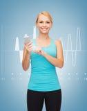 Sportig kvinna med smartphonen Arkivfoton