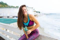 Sportig kvinna på stranden Arkivbilder
