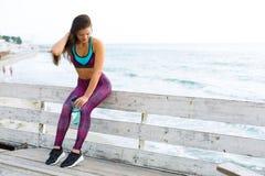 Sportig kvinna på stranden Royaltyfria Bilder