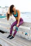 Sportig kvinna på stranden Fotografering för Bildbyråer