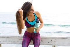 Sportig kvinna på stranden Royaltyfri Fotografi