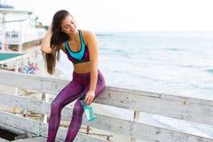 Sportig kvinna på stranden Arkivfoto