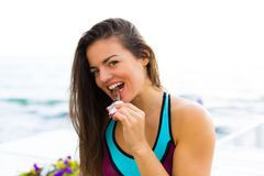 Sportig kvinna som äter choklad Arkivfoton