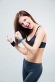 Sportig kvinna som firar hennes seger Royaltyfri Fotografi