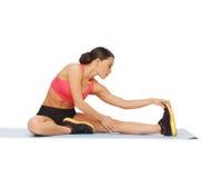 Sportig kvinna som gör övning på golvet royaltyfria foton