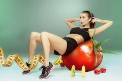 Sportig kvinna som gör aerobisk övning Fotografering för Bildbyråer