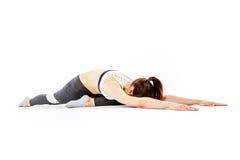 Sportig kvinna som gör sträcka övningar royaltyfri foto