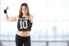 Sportig kvinna som pekar på dig Arkivfoton