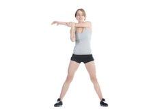 Sportig kvinna som sträcker skulderbladen arkivfoto