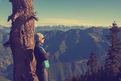 Sportig kvinna som tycker om frihet i bergen Royaltyfria Foton