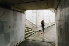 Sportig kvinnaspring i staden Fotografering för Bildbyråer