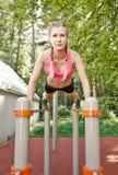 Sportig kvinnlig i handling fotografering för bildbyråer