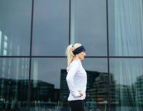 Sportig kvinnlig som är klar för hennes utomhus- utbildningsperiod Arkivfoton