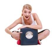 Sportig lycklig kvinna med skalan, tid för viktförlust för att banta Royaltyfri Foto