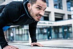 Sportig man i stad close upp arkivfoton