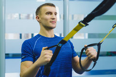 Sportig man som gör övning på idrottshallen royaltyfri bild