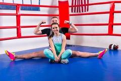 Sportig manlig boxare som gör en splittring i sportswear Royaltyfri Fotografi