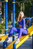 Sportig modellkvinna för kondition under utomhus- övningsgenomkörare Härlig passformflicka Sund livsstil Royaltyfri Bild