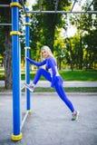 Sportig modellkvinna för kondition under utomhus- övningsgenomkörare Härlig passformflicka Sund livsstil Arkivbilder