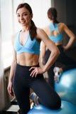 Sportig muskul?s kvinna som poserar med passform-bollen arkivfoto