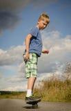 Sportig pojkeridning på vägwaveborden Royaltyfri Fotografi