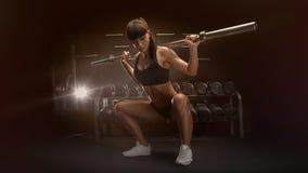 Sportig sexig kvinna som gör satt genomkörare i idrottshall Royaltyfri Bild
