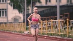 Sportig spring för ung kvinna i stad arkivfilmer