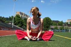 sportig sträckning för gullig flicka Arkivbilder