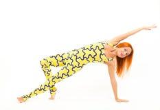 Sportig ung kvinna som gör yogaasana Arkivbilder