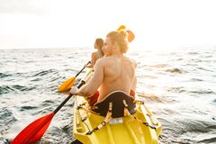 Sportiga attraktiva par som kayaking royaltyfria bilder