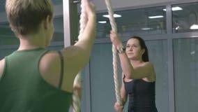 Sportiga kvinnor som gör gymnastiska övningar eller övar i konditiongrupp stock video