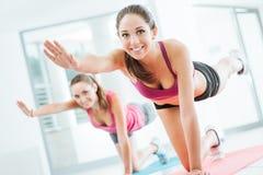 Sportiga kvinnor som gör pilatesgenomkörare Fotografering för Bildbyråer