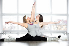 Sportiga unga dansare som gör splittringar Arkivbilder