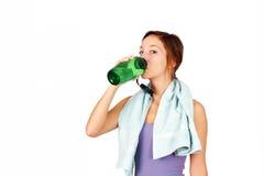 Sportigt dricksvatten för ung kvinna arkivbild