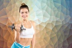 Sportigt kvinnligt utarbeta med hanteln Arkivbild