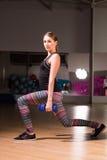 Sportigt utfall för kvinnadanandeövning med dumbbels Fotografering för Bildbyråer