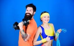 Sportinstructeur Gezond levensstijlconcept Man en vrouw die met domoor en touwtjespringen uitoefenen Geschiktheidsoefeningen royalty-vrije stock foto