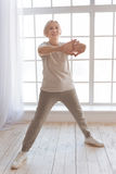 Sportiva anziana attiva che fa gli esercizi di mattina Fotografie Stock Libere da Diritti