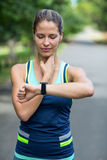 Sportiva che controlla il suo orologio di frequenza cardiaca Immagini Stock