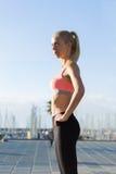 Sportiva che fa esercizio di forma fisica fuori nel parco della palma Fotografie Stock Libere da Diritti