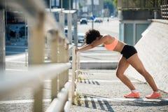 Sportiva che riscalda prima del funzionamento Stile di vita sano Immagini Stock Libere da Diritti