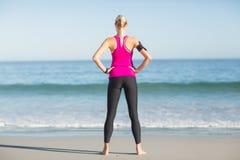 Sportiva che sta sulla spiaggia fotografia stock libera da diritti
