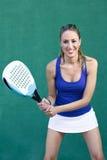 Sportiva, donna che gioca pagaia Fotografia Stock