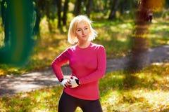 Sportiva felice in foresta Fotografia Stock