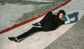 Sportiva nel hijab che fa allenamento di scricchiolio della bicicletta fotografie stock