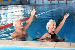Sportive ältere Paare, die Übungen in Innen tun stockfoto