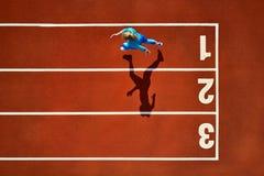 Sportive белокурая женщина бежать на открытом стадионе стоковые изображения