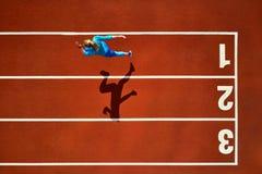 Sportive белокурая женщина бежать на открытом стадионе стоковые фото
